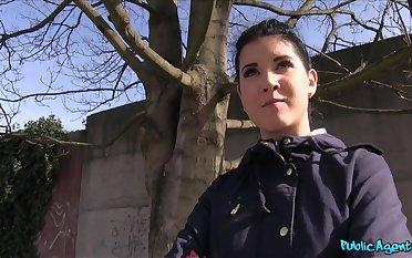 Amateur brunette Lady D drops aloft say no to knees to give a blowjob