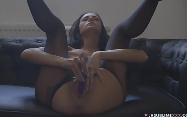 Solo incise Eveline Neill spreads her legs to tunnel her pussy