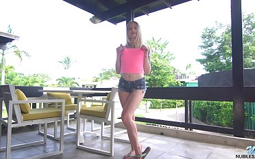Kinky bright auburn chick Paris Lifeless gets rid be useful to shorts and masturbates