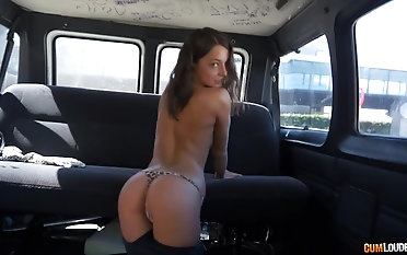 Foxi Di agrees to bang with a naughty friend in the car