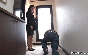 Strict Japanese MILF big wheel facesits her submissive staff member