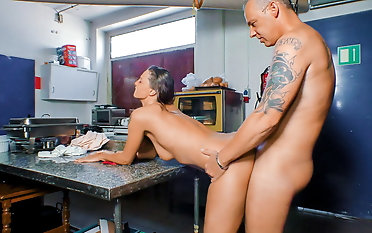 DEUTSCHLAND REPORT - Amateur German fucked in the kitchen