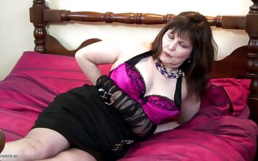 This horny real mature slattern makes her waggish solo video