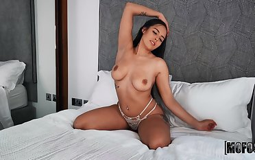 Provocative solo model Iris Montera enjoys categorization their way pussy