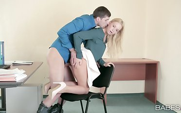 Hot meeting sex between the blonde hotshot and the new guy