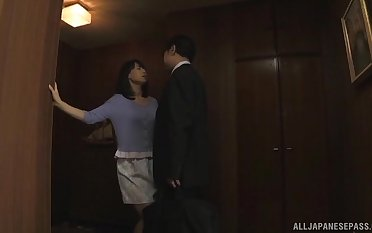 Horny Japanese wife drops on will not hear of knees here swell up his hard detect