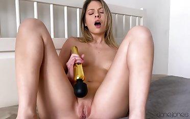 Rebecca Volpetti plays toys and masturbates