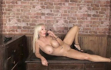 Sarah Louise Shows fully naked