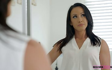 Whorish stepmom Jennifer White gives a blowjob nearly her step son and his college fellows